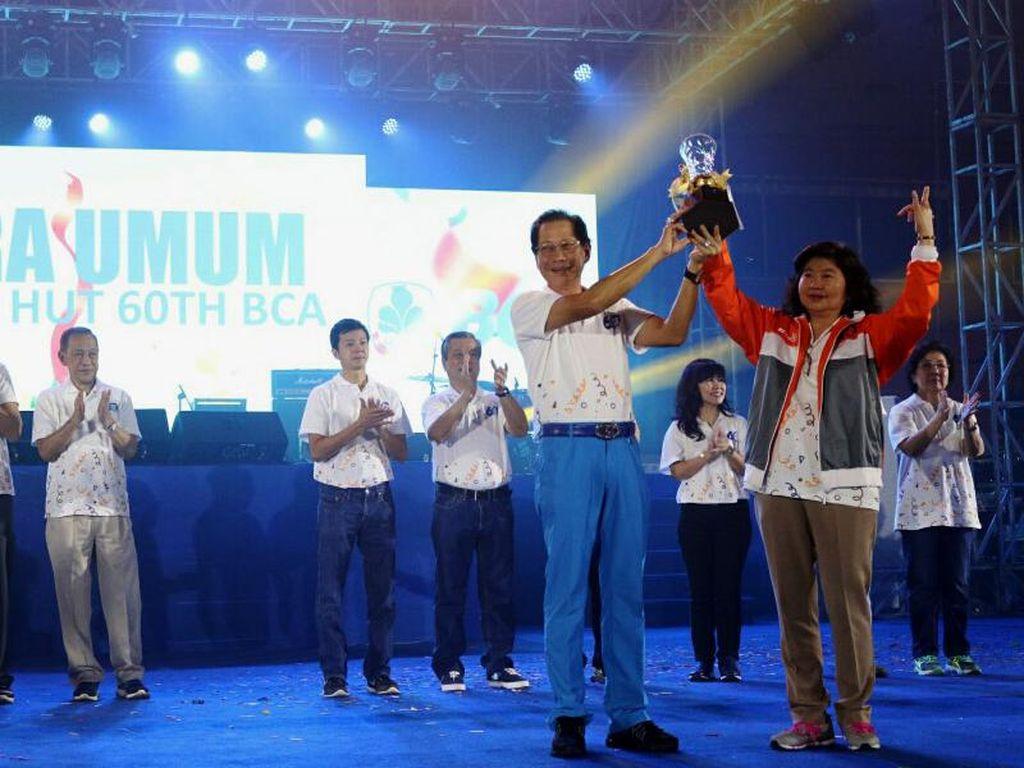 BCA Serahkan Piala Juara Umum Pekan Olahraga dan Seni