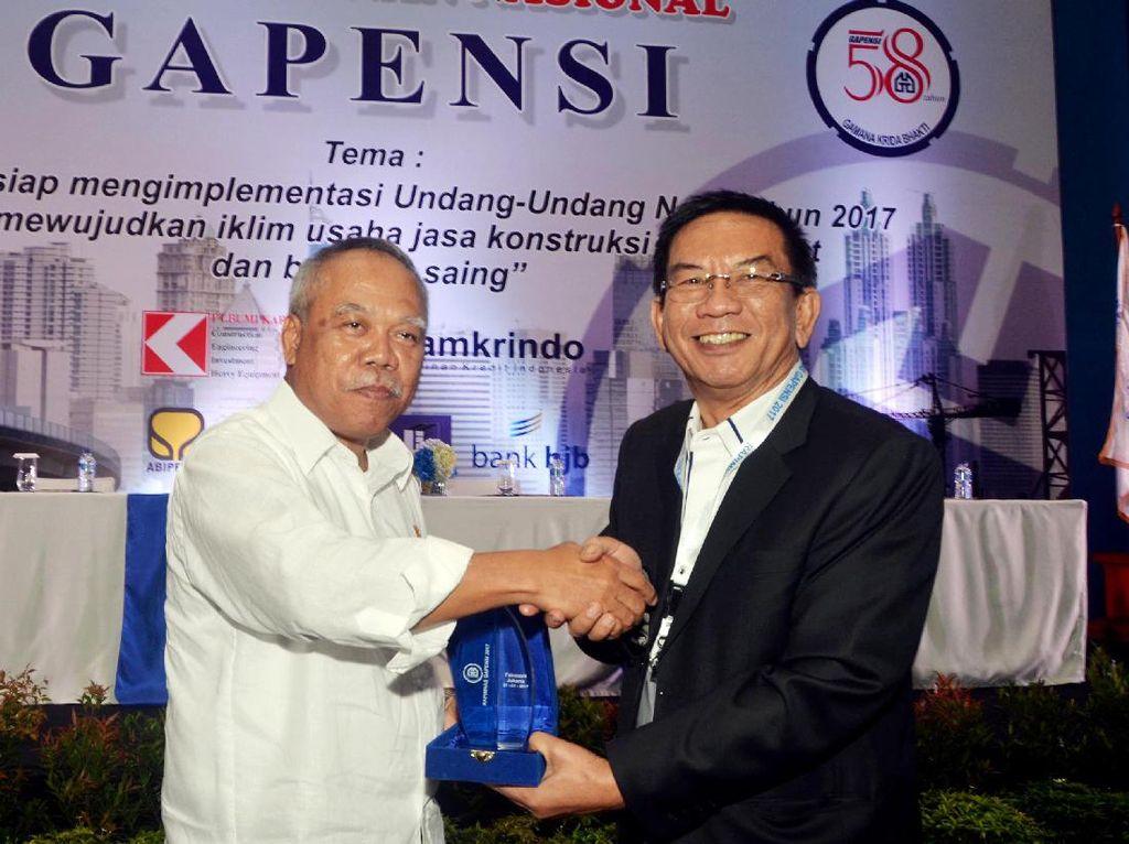 Ketua Umum BPP Gapensi, Iskandar Z. Hartawi (tengah) memberikan plakat cinderamata kepada Menteri Pekerjaan Umum dan Perumahan Rakyat RI, M. Basoeki Hadimoeldjono. Dok, GAPENSI.