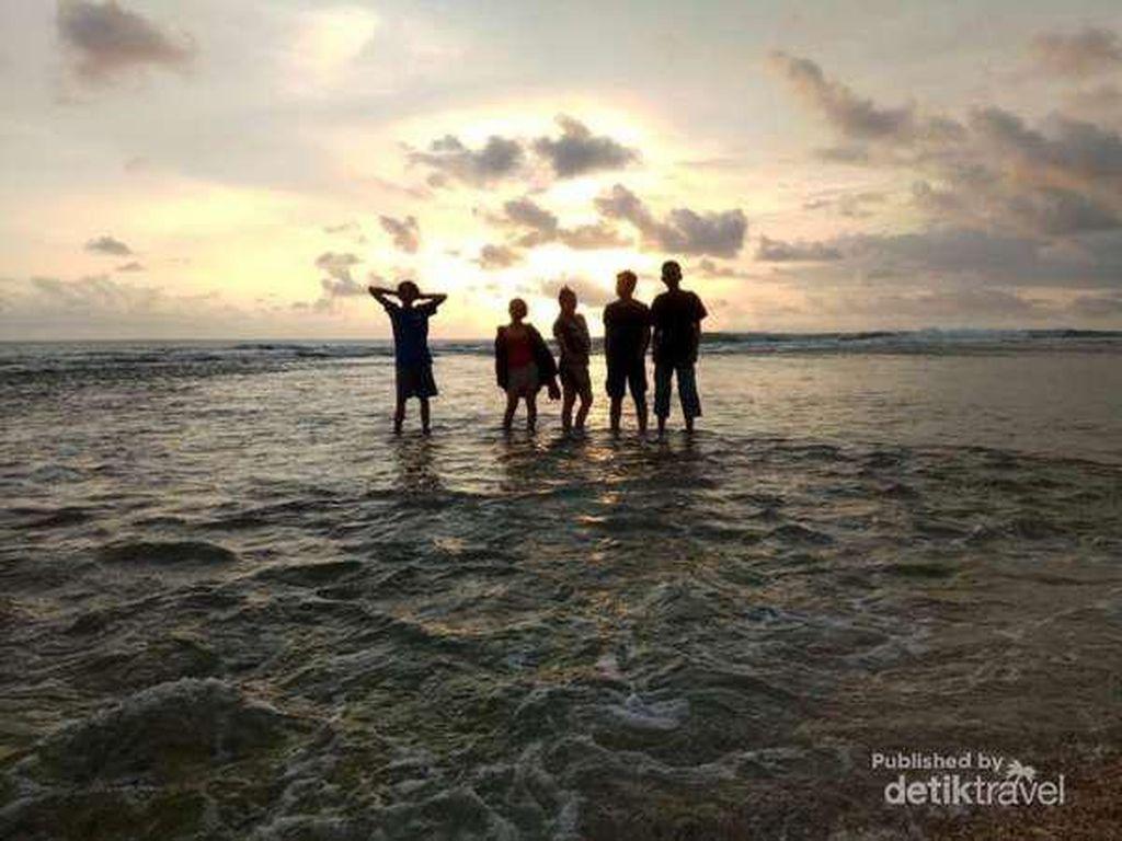 Perpaduan Keindahan Air Terjun dan Syahdunya Sunset Pantai di Sukabumi