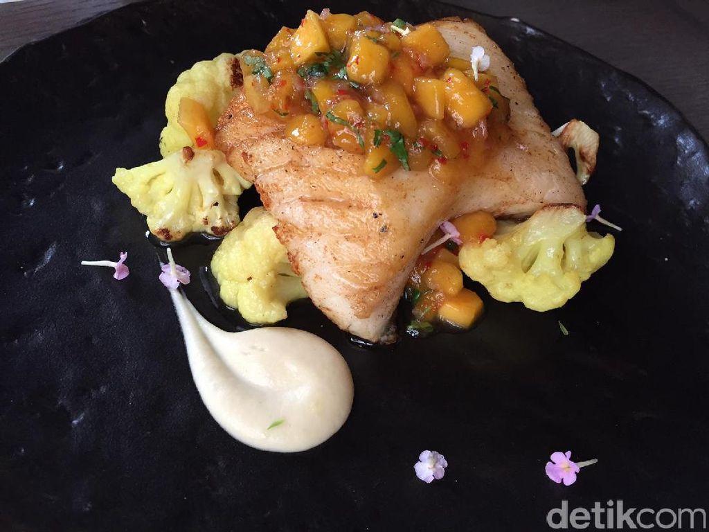 Puaskan selera dengan Patagonian Toothfish. Fillet toothfish panggang dipadukan dengan mango salsa yang manis asam. Makin enak karena dilengkapi puree kembang kol dan kembang kol berbumbu kari yang khas.