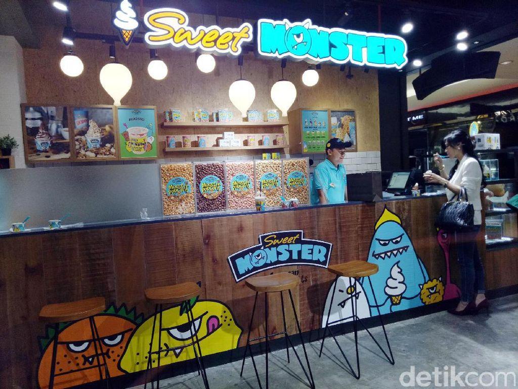 Sweet Monster menjadi gerai es krim asal Korea yang sudah ada sejak tahun 2014. Gerai ini berada di Plaza Indonesia.