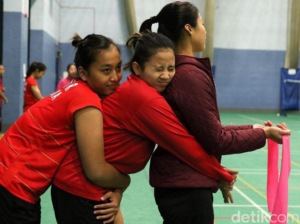 Aksi Rosyita Eka Putri Sari, Anggia Shitta dan Rizki Amelia Pradipta disela-sela latihan. Pool/dok. PBSI.