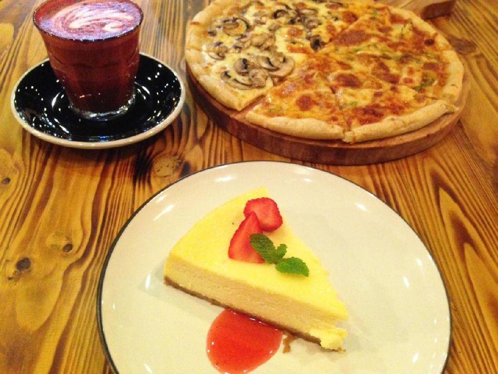Mencicip Pizza Dua Topping dan Cheesecake Lembut
