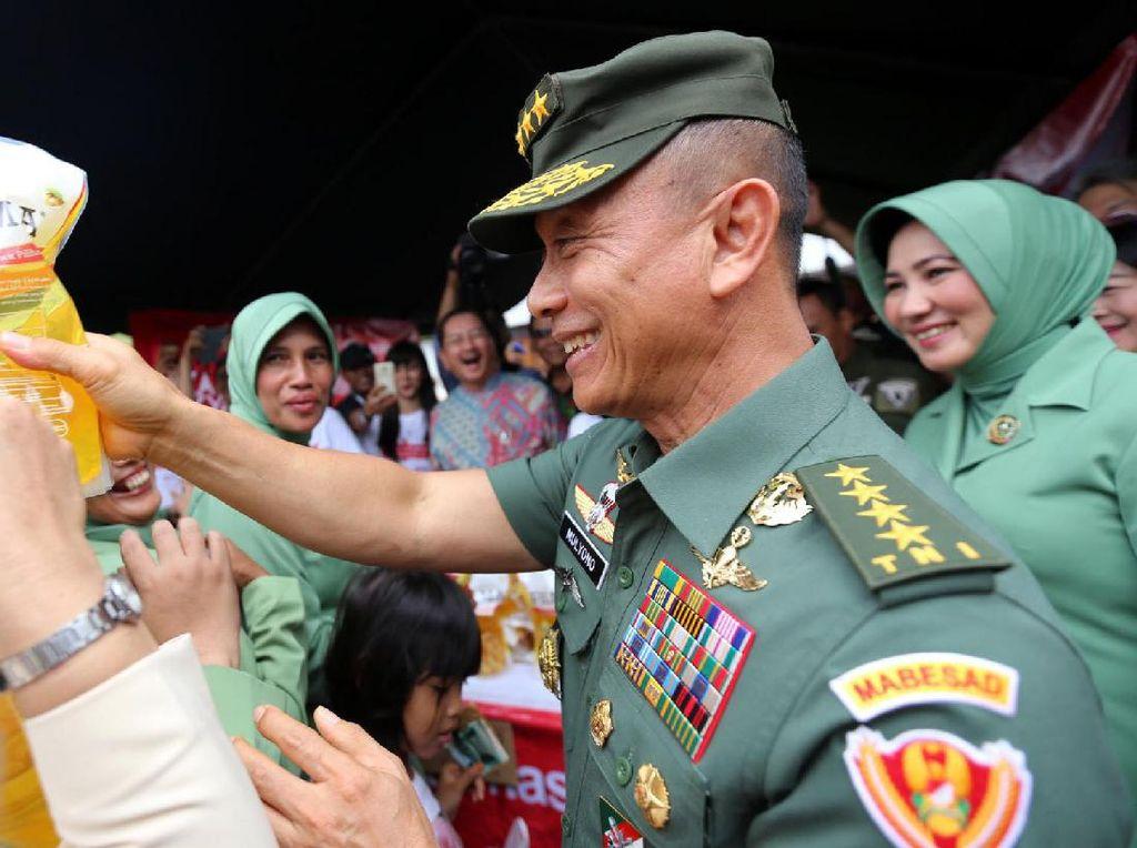 Jenderal TNI Mulyono melayani pembeli minyak goreng pada acara Bazar Rakyat di Mabes TNI AD, Jakarta. Pool/dok. TNI AD.