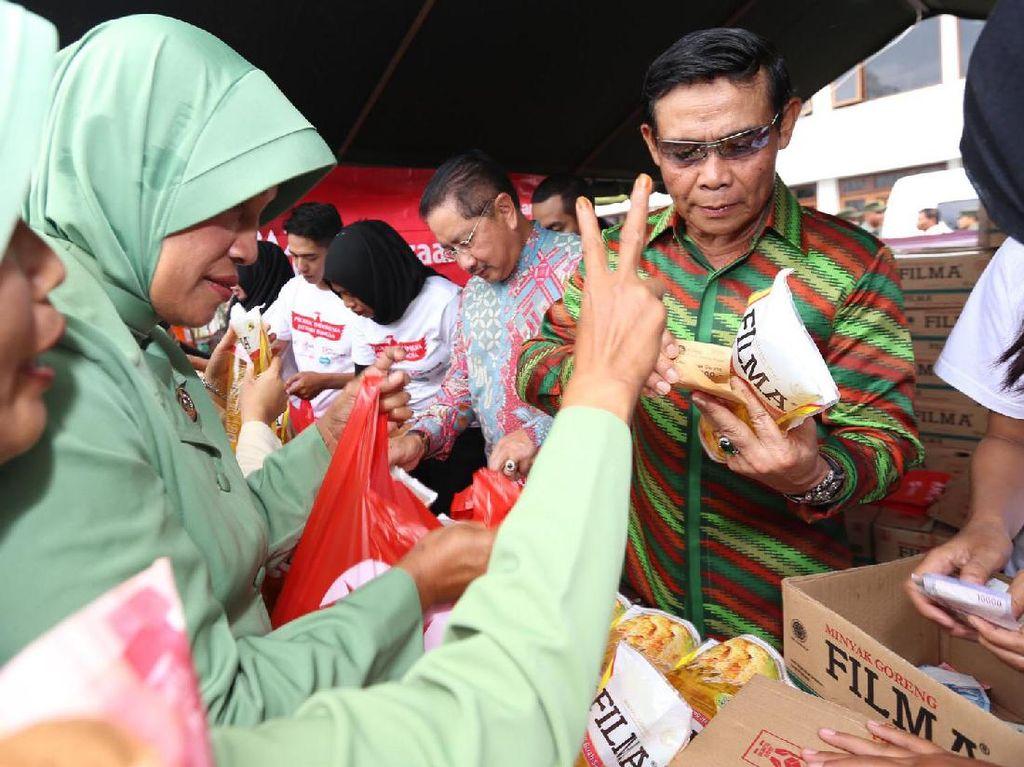 Direktur Sinar Mas, Yan Partawijaya (tengah) bersama Advisor Sinar Mas, Letjen (Purn) TNI Rasyid Qurnuen (kanan) melayani pembeli minyak. Pool/dok. TNI AD.