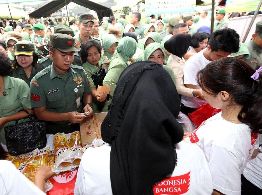 Warga Mabes TNI AD antre membeli minyak goreng. Pool/dok. TNI AD.