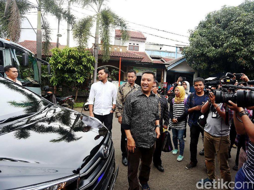 Imam Nahrawi datang ke kediamanan Ellyas Pical di Kompleks Duta Bintaro, Tangerang Selatan, untuk memastikan kondisi kesehatan petinju legendaris Indonesia tersebut.