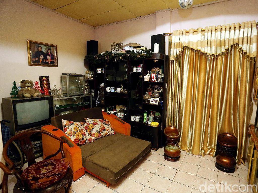 Sebuah kursi sofa dan kursi berbentuk sepatu menghiasi salah satu ruangan di rumah Ellyas Pical.