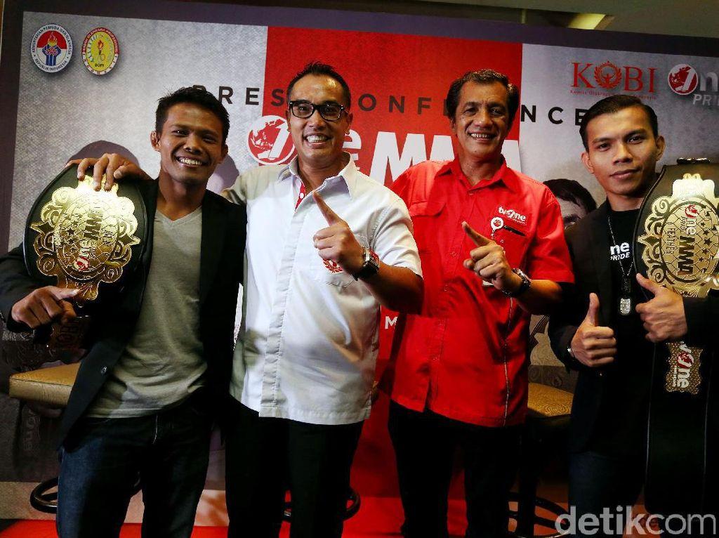 Ketua KOBI, Ardiansyah Bakrie foto bersama dengan petarung One Pride MMA, di Jakarta, Selasa (14/03/2017).