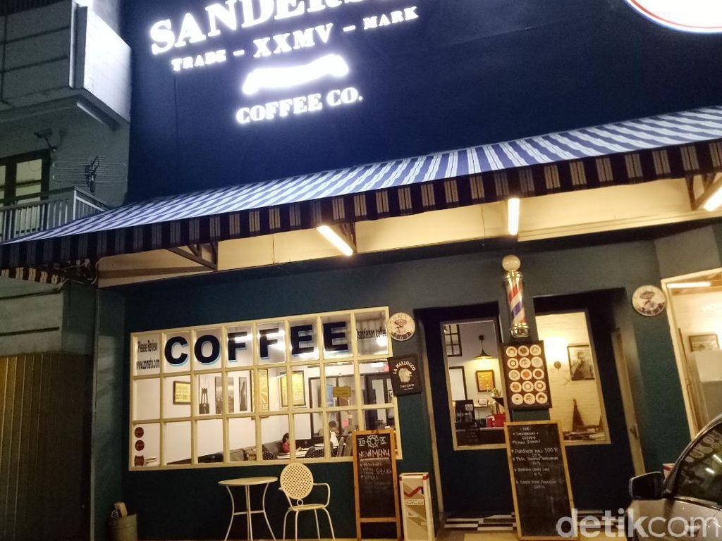Coffee shop yang berada di kawasan Tanah Kusir ini punya sajian makanan enak serta aneka racikan kopi spesial. Berada persis di pinggri jalan raya, kafe ini terasa nyaman dan cukup homey.