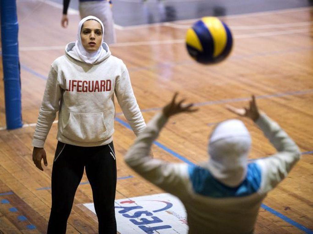 Pemain voli putri Iran, Maedeh Borhani (kiri) sedang berlatih bersama Zeinab Giveh di YEB Shumen, Shumen, Bulgaria 3 Februari 2017. Maedeh menjadi pemain putri Iran pertama yang bergabung dengan tim asing. (Foto: AFP PHOTO/NIKOLAY DOYCHINOV)