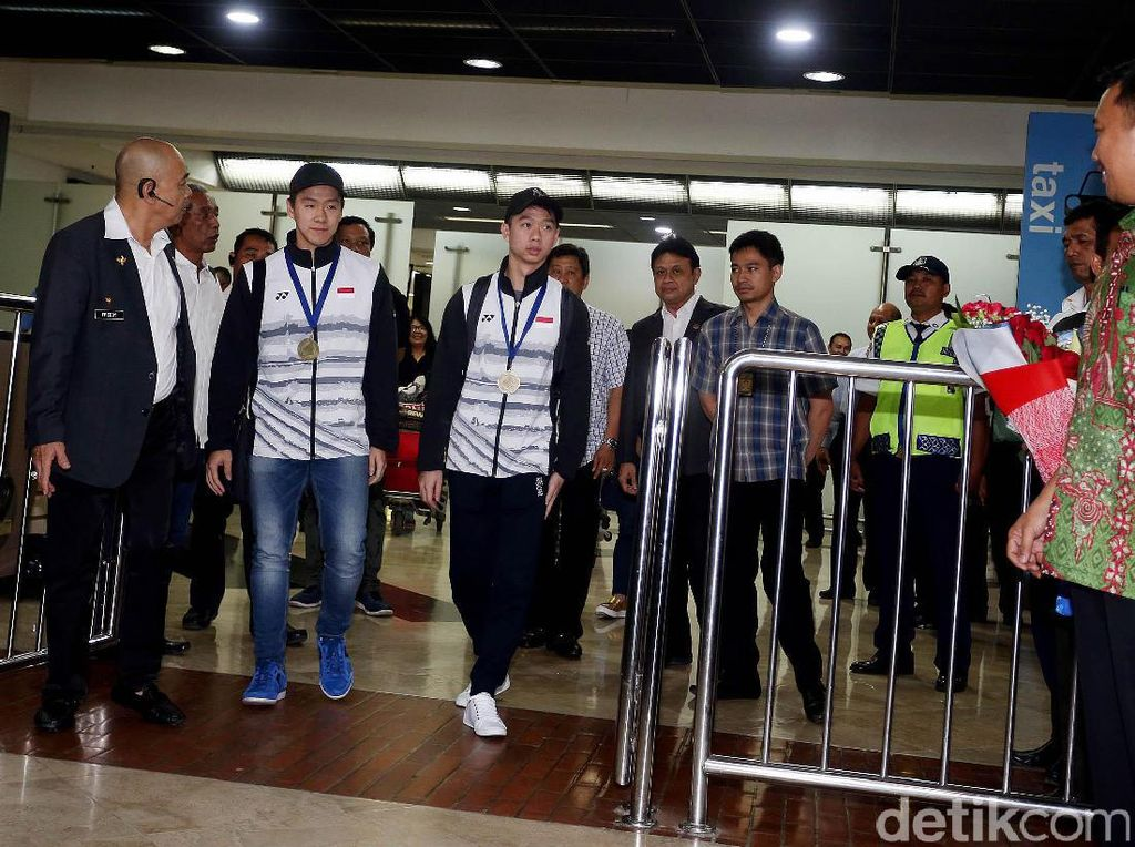 Kevin/Marcus tiba di Bandara Soekarno Hatta Cengkareng terminal 2E pukul 18.35 WIB.
