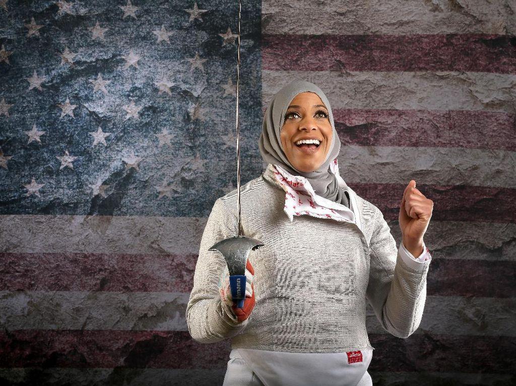 Atlet anggar Amerika Serikat, Ibtihaj Muhammad, 31 tahun, yang tampil di Olimpiade 2016 Rio de Janeiro. Dis berpose dalam Media Summit kontingen AS diThe Beverly Hilton Hotel pada9 Maret 2016diBeverly Hills, California (Foto: Sean M. Haffey/Getty Images)