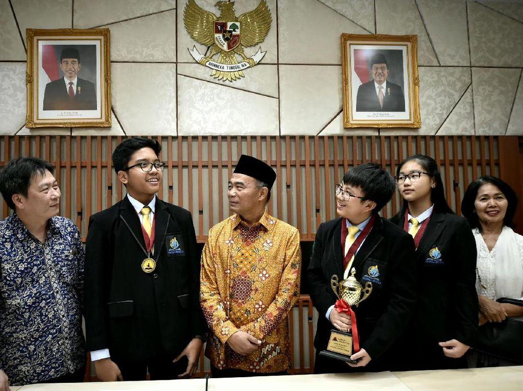 Mendikbud Sapa Pelajar Peraih 44 Medali Emas