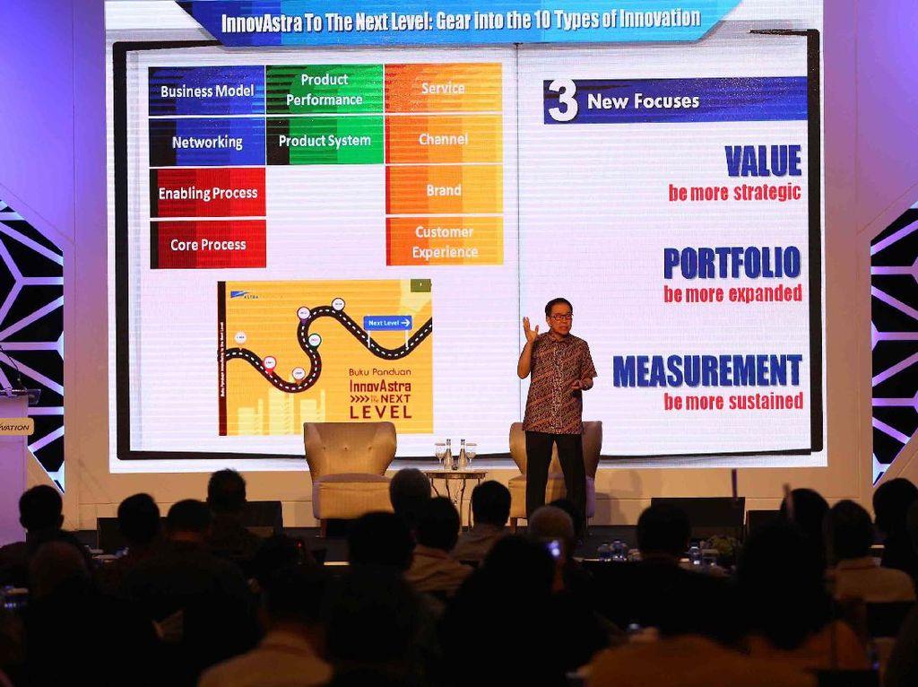 Presiden Direktur PT Astra International Tbk Prijono Sugiarto berbagi cerita mengenai pentingnya berinovasi dalam seminar InnovNation. Pool/dok. Astra.
