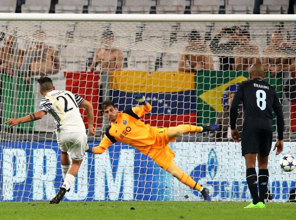 Paulo Dybala membobol gawang Porto lewat titik putih. Pool/Stefano Rellandini/Reuters/detikFoto.