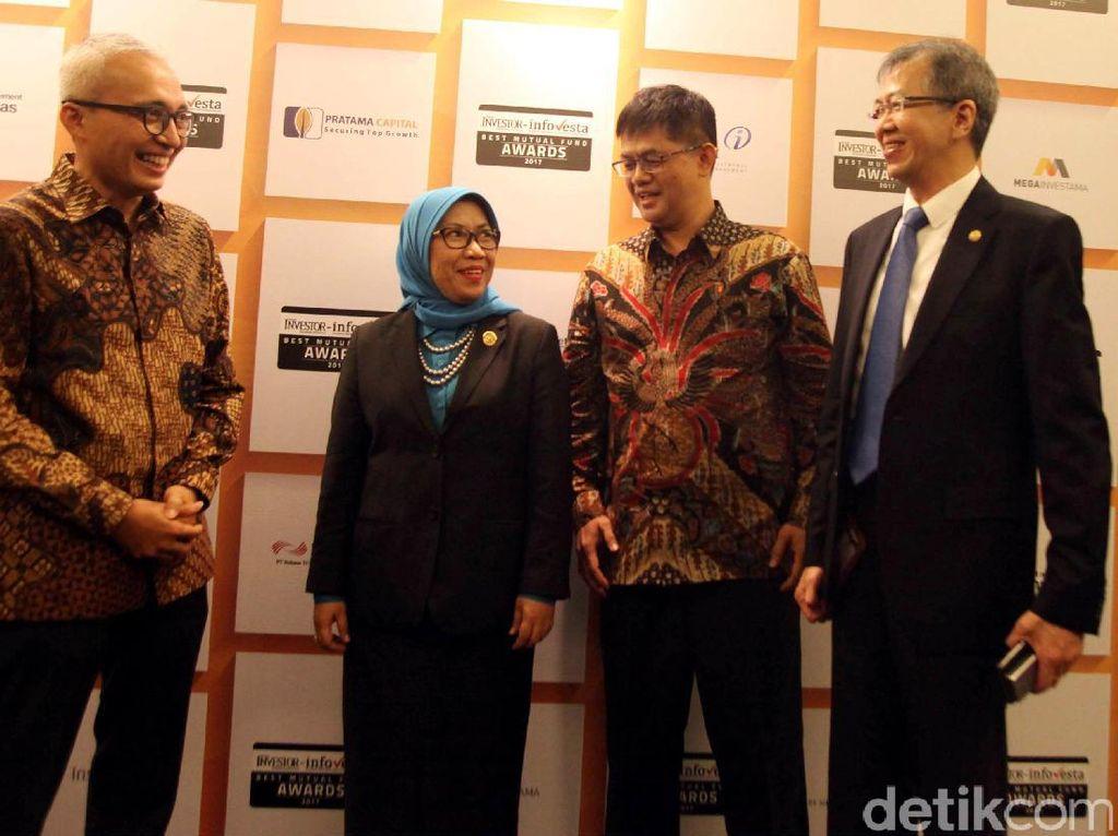 Komisioner OJK Nurhaida berbincang dengan Direktur Utama Bahana TCW Investment Management Edward Lubis di dampingi oleh Direktur Investor Relation & Ekonom Bahana TCW Budi Hikmat, pada acara penganugerahan Reksa Dana Terbaik 2017, Kamis (16/03/2017), di Jakarta.
