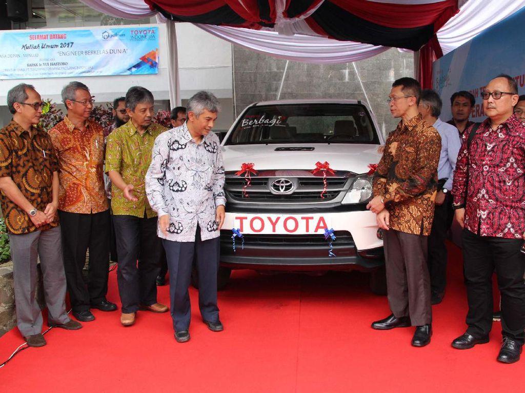 Donasi kendaraan utuh sebagai alat peraga pendidikan untuk perguruan tinggi merupakan salah satu wujud komitmen Toyota Indonesia dalam mendukung peningkatan kualitas sumber daya manusia (SDM) Indonesia di bidang manufaktur otomotif agar mampu kompetitif dalam menghadapi persaingan global. Ferdian/Humas Toyota.