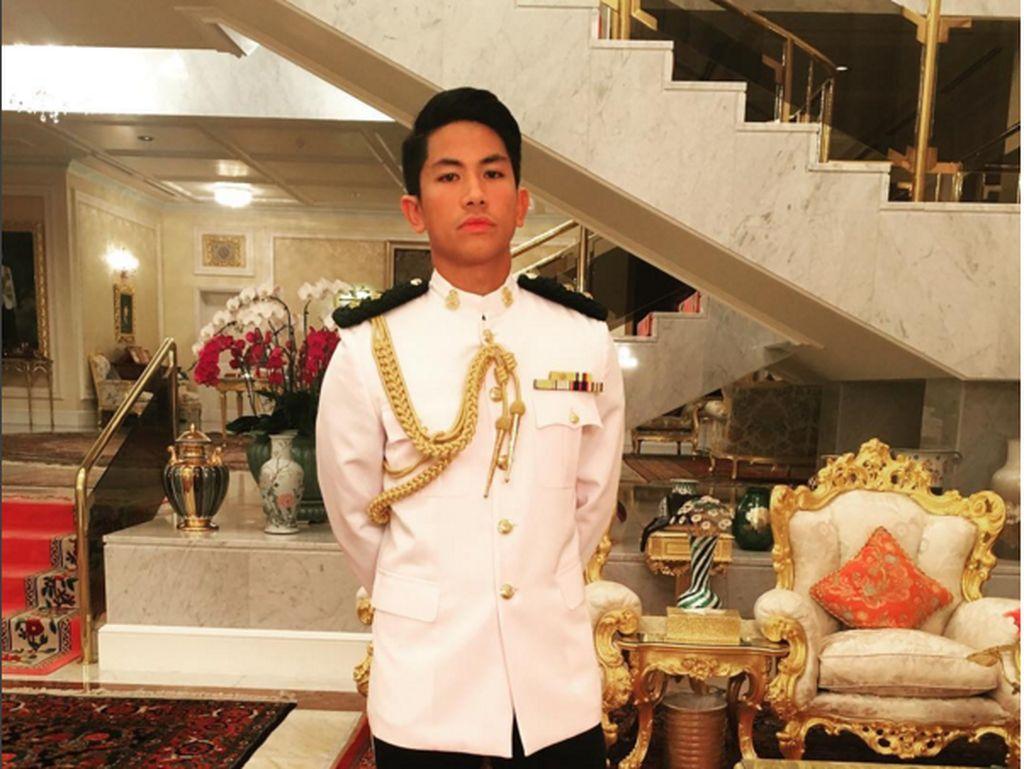 Dia adalah pangeran Abdul Mateen, usianya baru menginjak 25 tahun. Tak heran jika banyak gadis milenial yang menggilainya sebagai pria masa depan. Dia ini anak dari penguasa Brunei, Sultan Hassanal Bolkiah.(Foto: Instagram/tmski)