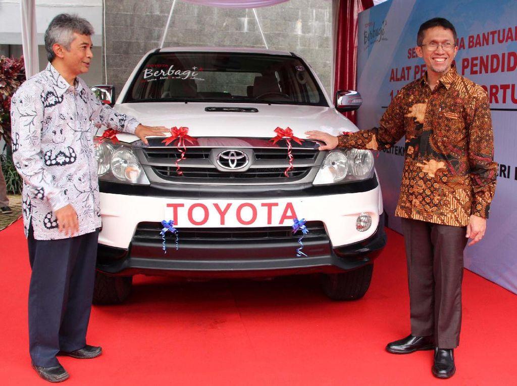 Direktur Teknikal PT Toyota Motor Manufacturing Indonesia (TMMIN) Yui Hastoro (kanan) tengah menjelaskan kepada Direktur Politeknik Manufaktur Negeri (Polman) Bandung, Dede Buchori Muslim (kiri) mengenai unit Toyota Fortuner yang merupakan donasi dari Toyota Indonesia untuk POLMAN di Bandung, Jawa Barat, Kamis (16/3/2017). Ferdian/Humas Toyota.
