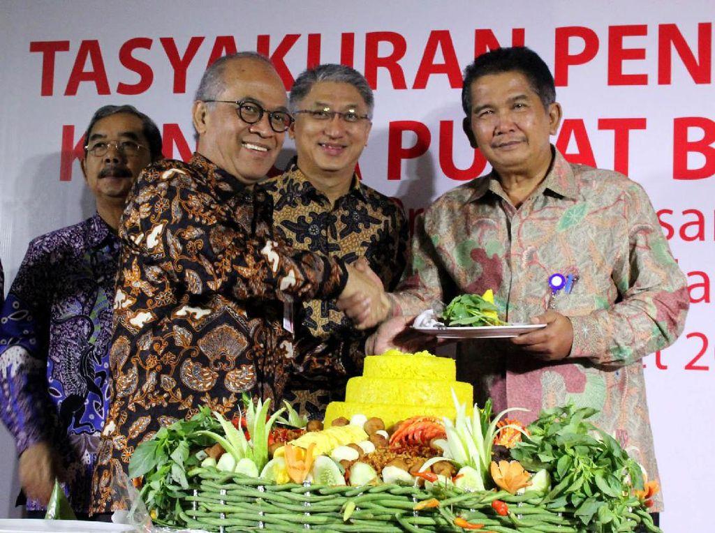 Direktur Utama Bank DKI, Kresno Sediarsi (tengah), memberikan piring berisi nasi tumpeng kepada Asisten Perekonomian dan Keuangan Sekda Provinsi DKI Jakarta. (Foto: dok Bank DKI)