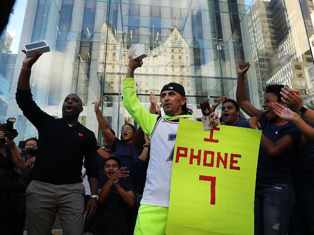 Ini dia fanboy pertama di New York yang berhasil mendapatkan iPhone 7. (Foto: GettyImages)