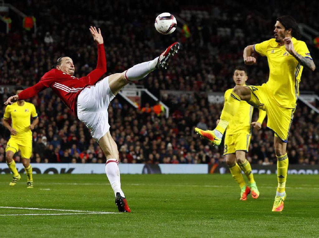 Zlatan Ibrahimovic yang mendapat pengawalan dua pemain Rostov berusaha melepaskan tendangan. PoolJason Cairnduff/Reuters/detikFoto.