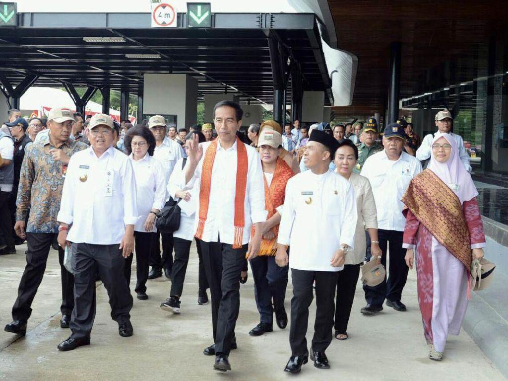Presiden Jokowi saat meninjau Pos Lintas Batas Negara (PLBN) terpadu di Aruk. Dok, PUPR/Setpres.