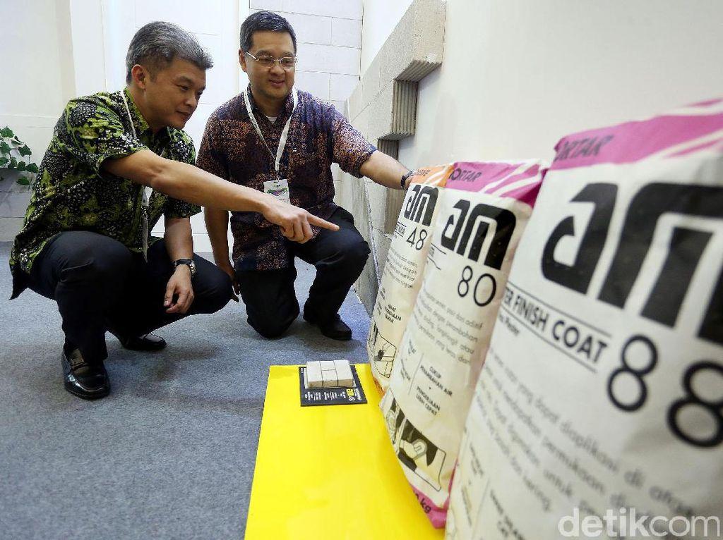 Direktur Utama PT AMBP Andytio Budiarto bersama Direktur Keuangan PT AMBPI Albertus Indra Sasmitra, memperlihatkan produk AM.