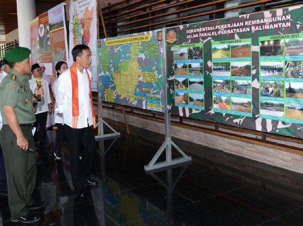 Presiden Jokowi saat mendengarkan penjelasan perihal pembangunan jalan paralel di perbatasan Kalimantan. Dok, PUPR/Setpres.