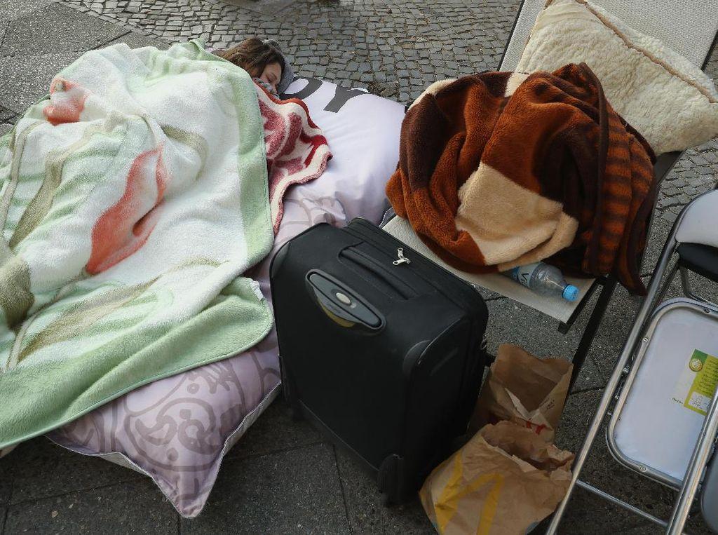 Salah satu fanboy di Jerman yang niat membawa peralatan tidur demi mendapatkan iPhone 7Foto: GettyImages