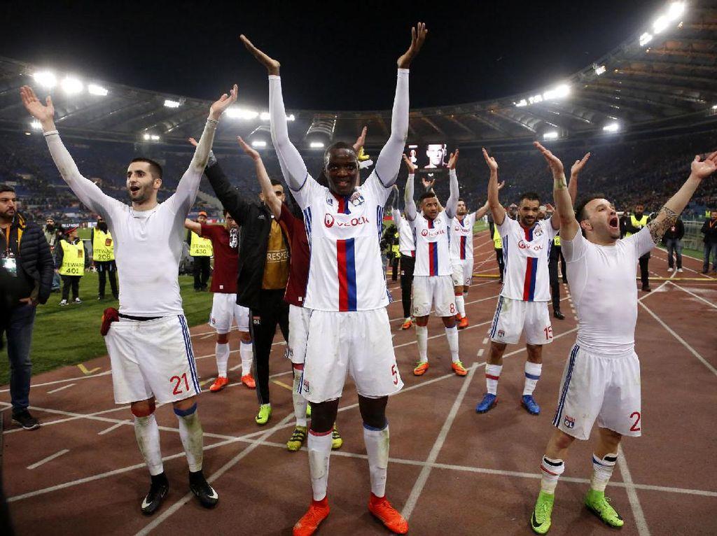 Para pemain Olimpique Lyon merayakan kemenangan usai mengalahkan AS Roma di Olimpico, Jumat (17/3/2017) dinihari WIB. Pool/Tony Gentile/Reuters/detikFoto.