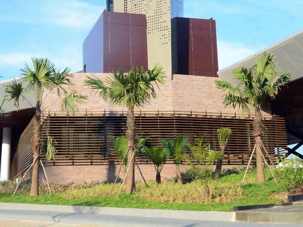 Konsep arsitektur yang diusung menjadi desain PLBN ini mengadopsi Rumah Panjang yang merupakan rumah tradisional suku dayak. Kesan bangunannya pun semakin modern dengan aksen atap yang menjulang tinggi dihiasi dengan ukiran tradisonal dayak. Dok, PUPR/Setpres.