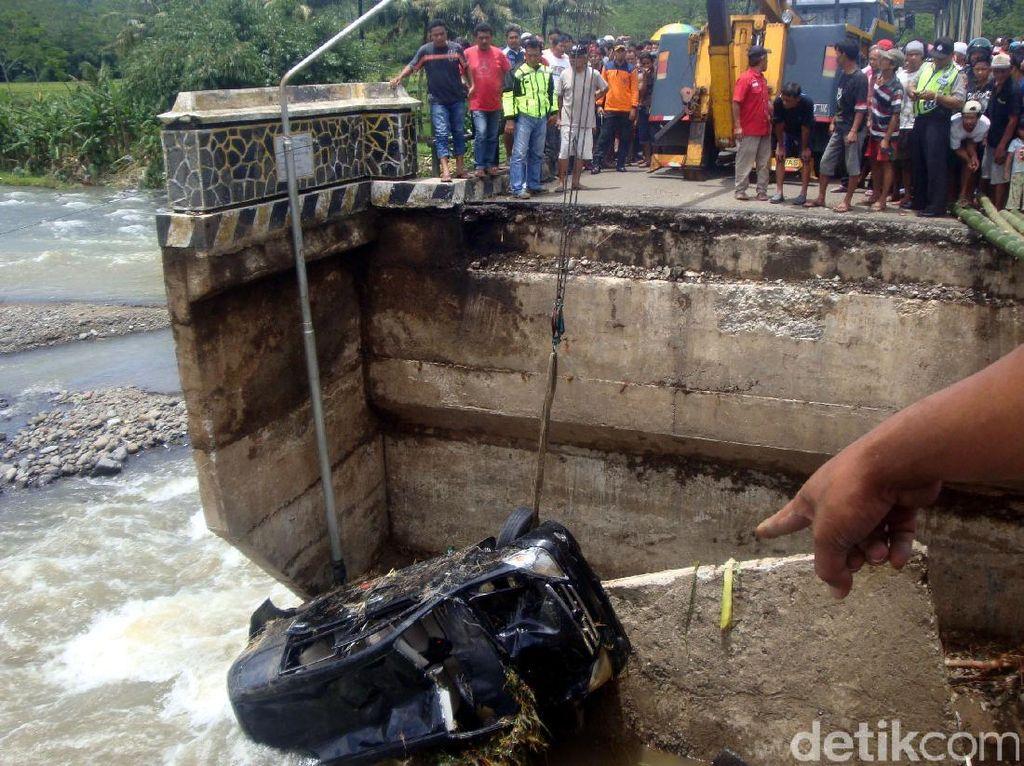 Dengan menggunakan sebuah mobil derek mobil Avanza hitam yang terperosok dapat dievakuasi dari dasar sungai.