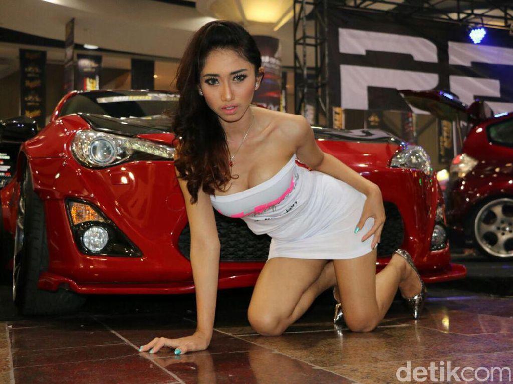 Gadis Seksi dan Mobil Modifikasi