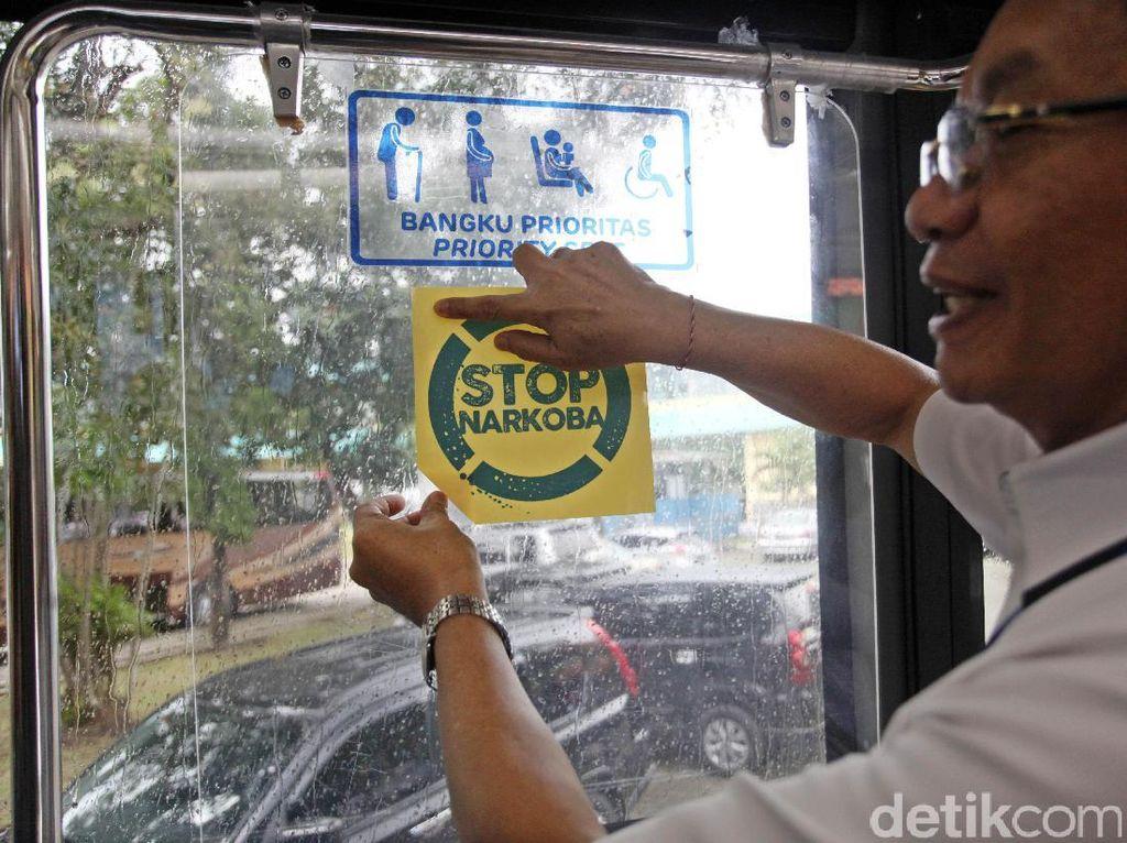 Dirut Perum PPD, Pande Putu Yasa menempelkan striker stop narkoba.