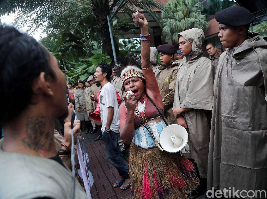Dalam aksi ini, demonstran juga menuntut pemerintah Indonesia untuk melaksanakan refrendum di Papua.