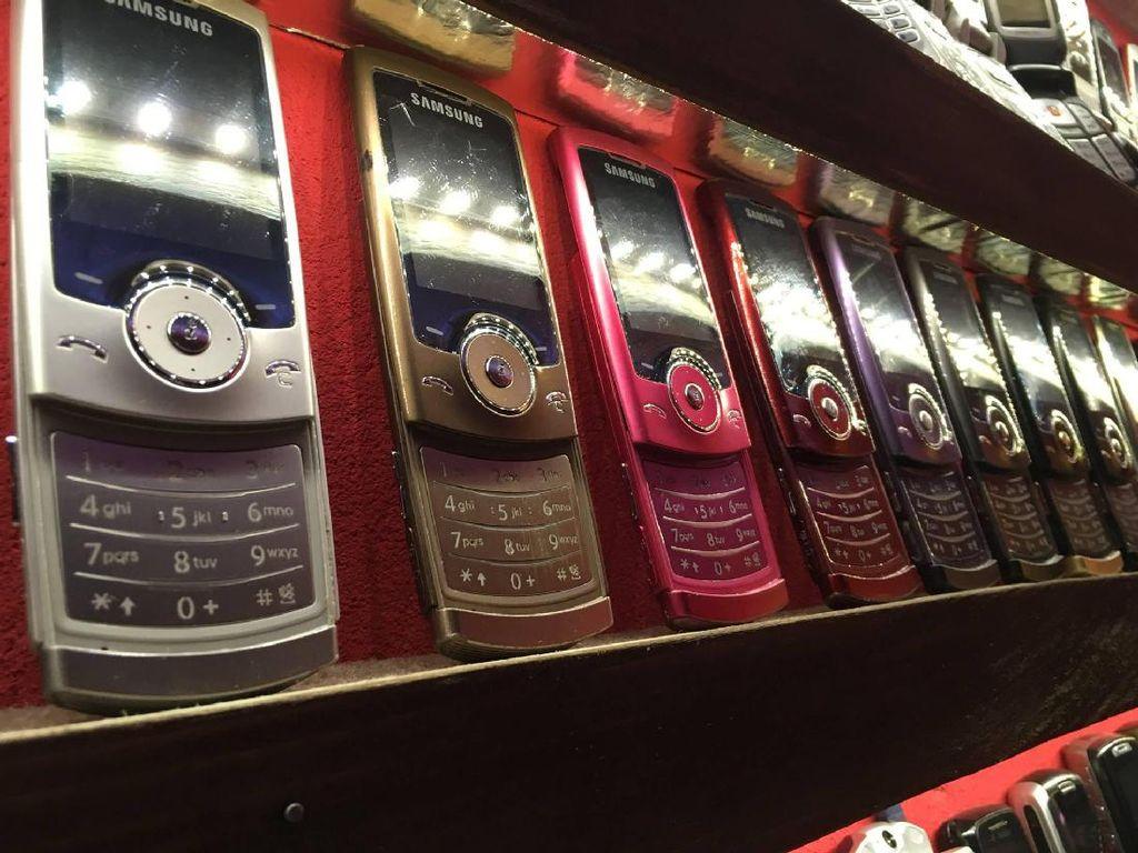 Awalnya Stefan membeli 1.000 ponsel jadul dari seseorang seharga ribuan euro dua tahun lalu. Foto: Facebook.com/muzeummobilovsk