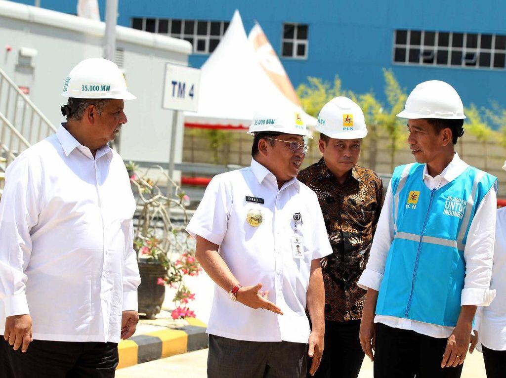 Usai melakukan peresmian, Presiden Jokowi meninjau MPP PLTG Mempawah 100 MW yang tengah beroperasi. Agus Trimukti/Humas PLN.