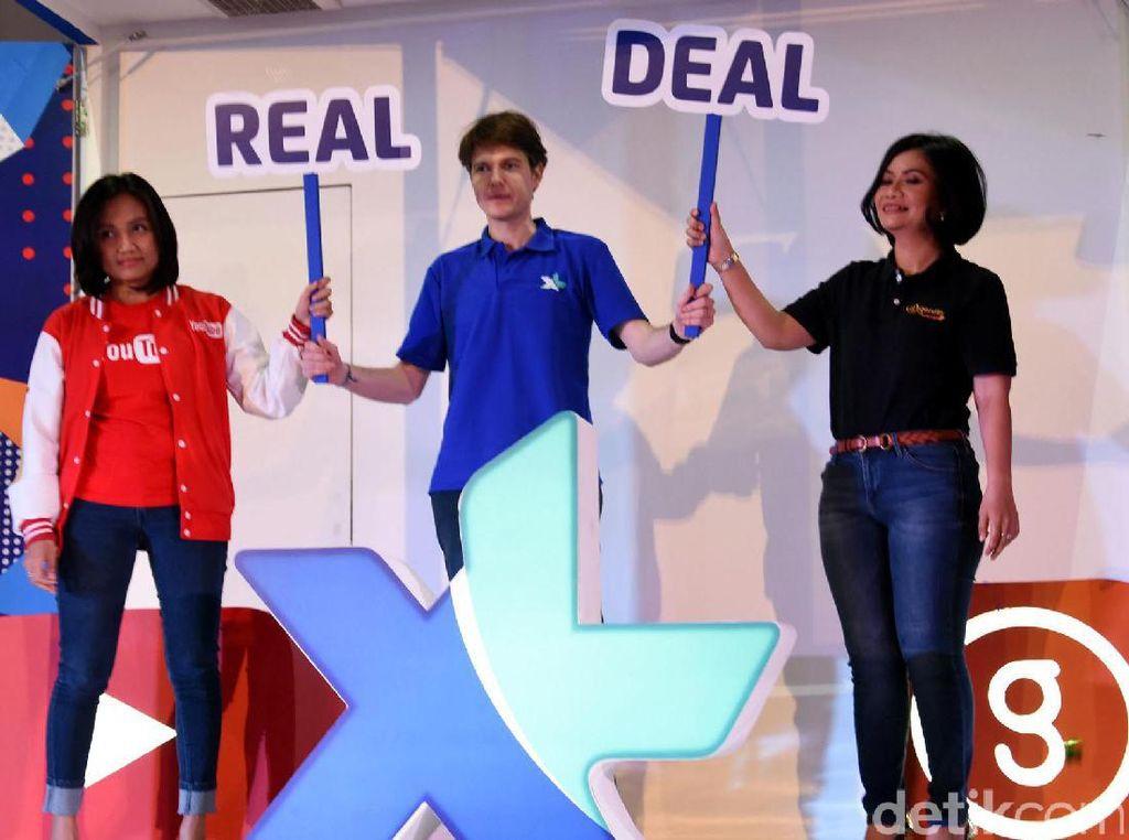 Chief Prepaid Officer XL Axiata David Arcelus Oses (tengah), Chief Marketing Officer Google Indonesia Veronica Utami, dan CEO Genflix Greeny Dewayanti berfoto bersama dalam acara peluncuran Paket Xtra Combo, YouTube Tanpa Kuota & Gratis Akses Genflix di Jakarta, Senin (20/3).