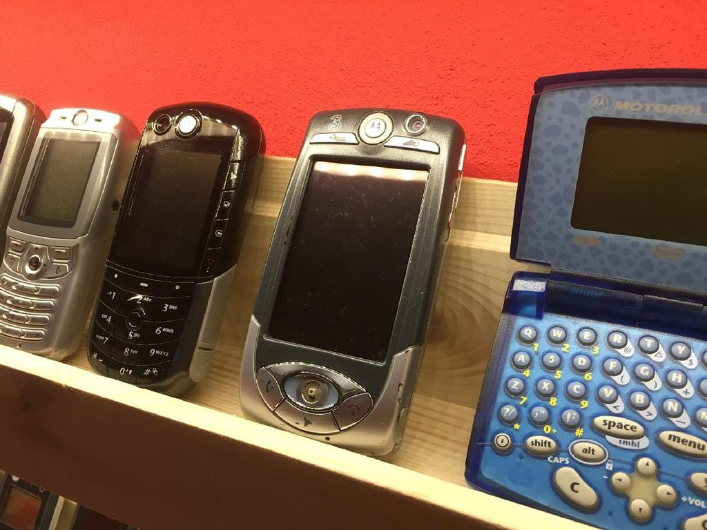 Sejak saat itu, pemuda berusia 26 tahun ini mulai mencari ponsel jadul lainnya. Foto: Facebook.com/muzeummobilovsk
