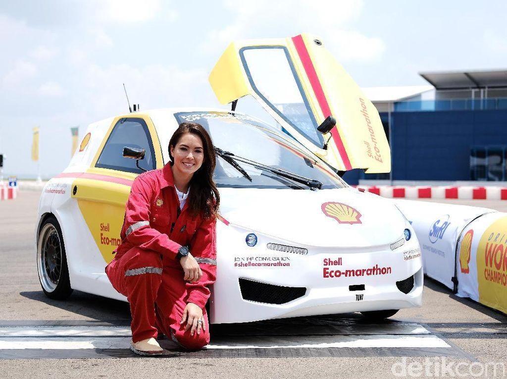 Kenalkan namanya adalah Claire Jedrek, seorang pebalap wanita asal Singapura. Meski bertampang seperti seorang model, Claire termasuk pebalap yang sukses. Foto: Shell