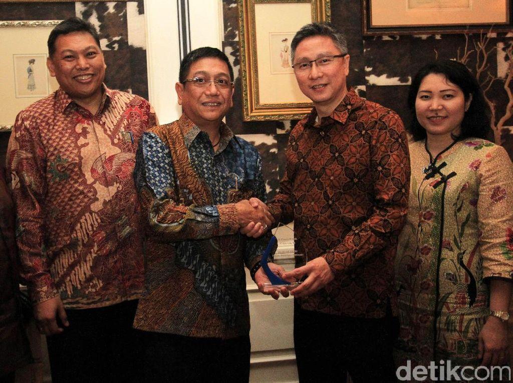Managing Director PT Andalan Finance Indonesia (AFI) Frans F. Rundengan (kedua kiri) didampingi President Commisioner Sebastianus H. Budi (kiri) dan Finance Director Lianawaty (kedua kanan) berbincang dengan Vice President Panin Bank Rudy S. Sugandhi (ketiga kanan) dan Senior Assistant Vice President Panin Bank Wim T. Tjambolang seusai melakukan penandatanganan MoU fasilitas pendanaan sebesar Rp 200 miliar di Jakarta, Senin (20/3).