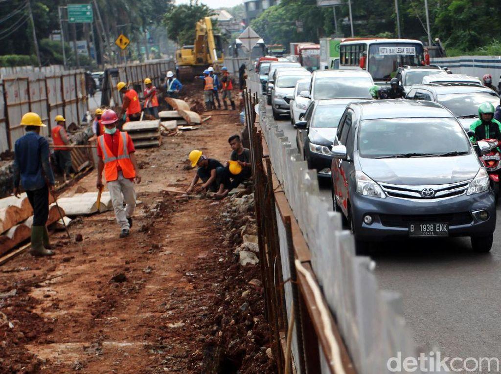 Pembangunan itu membuat penyempitan jalan sehingga tejadi kemacetan.