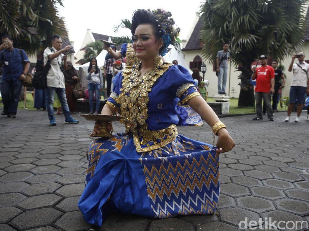 Memasuki kawasan benteng, Anda langsung dimanjakan dengan sejumlah kesenian asli khas Makassar.
