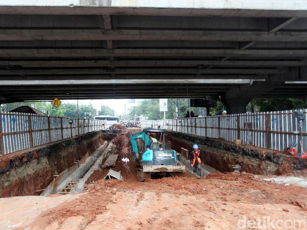 Sebuah alat berat mulai mengeruk tanah yang berada di kolong jalan TB Simatupang Lebak Bulus.