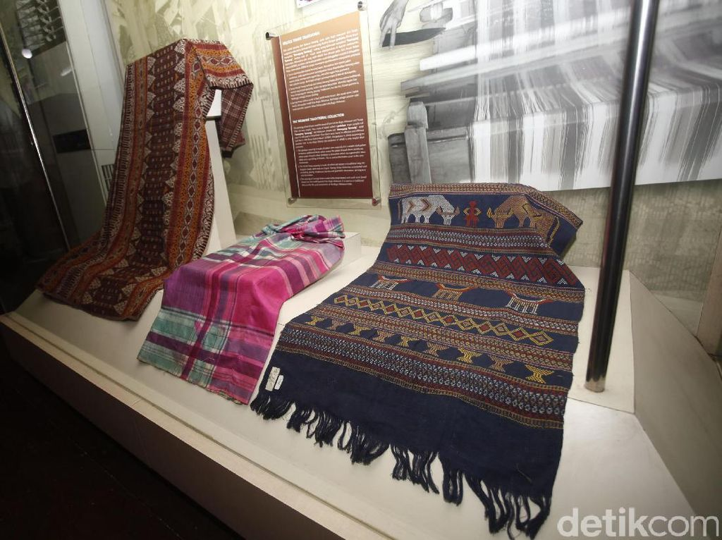 Sejumlah koleksi tenun khas Makassar juga dipamerkan di tempat ini.