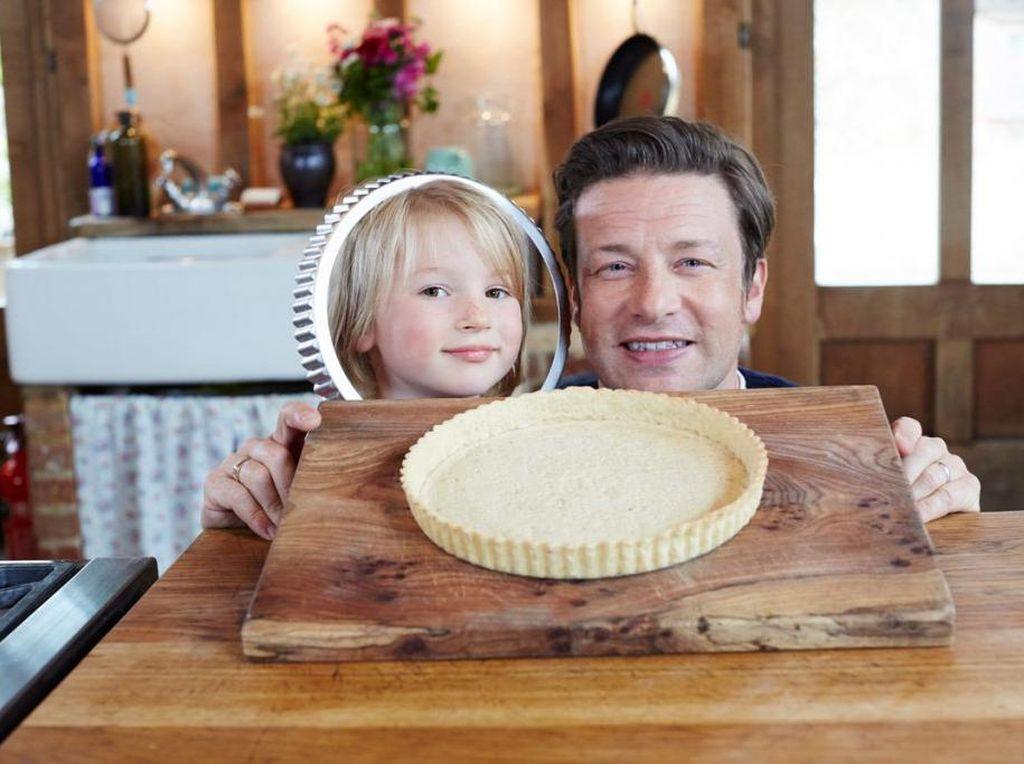 Jamie Oliver Beri 4 Tips agar Si Kecil Mau Belajar Memasak