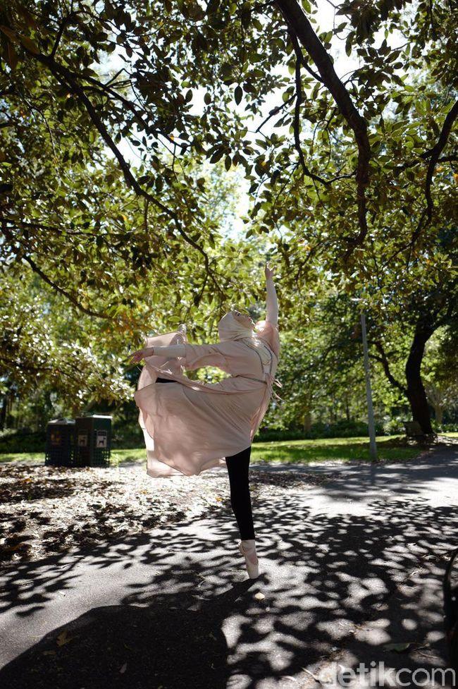 Mengenal Stephanie Kurlow, Penari Balet Berhijab Pertama dari ...