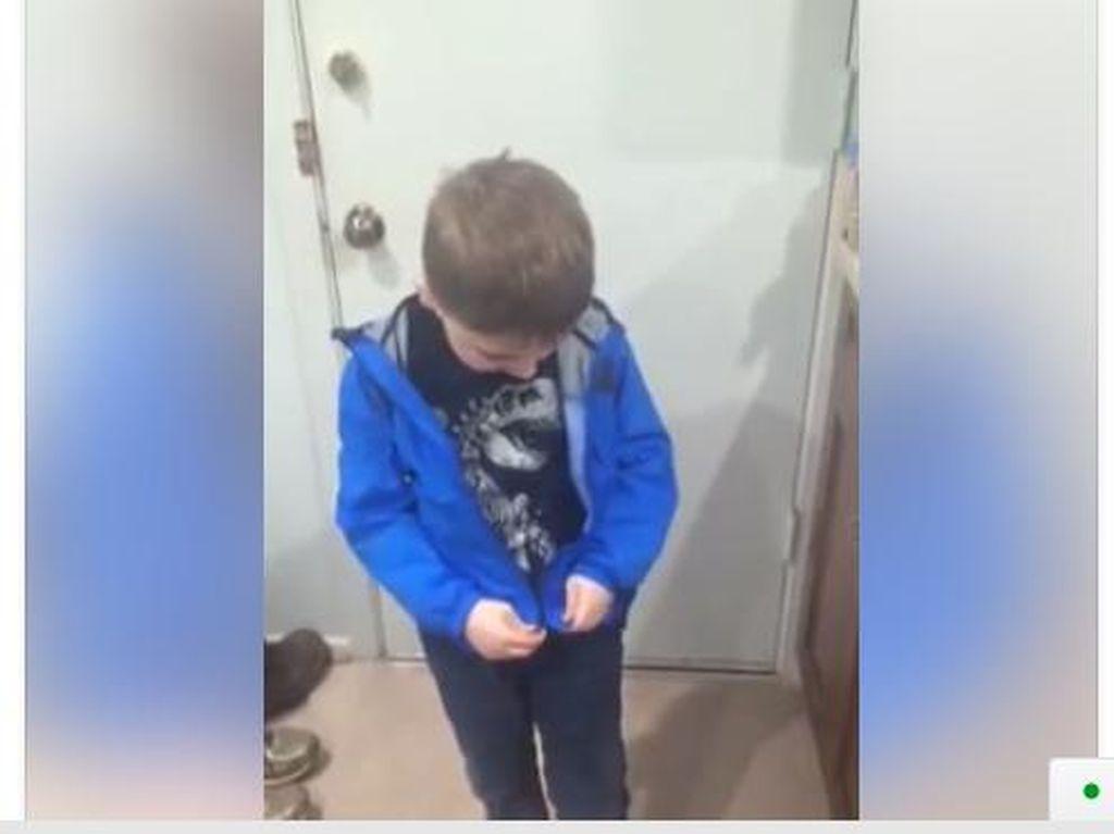 Saat Mengaitkan Retsleting Jaket Jadi Prestasi untuk Seorang Anak